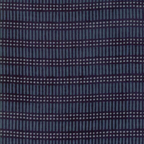 Weather Squall line Stormy. Een ontwerp van Janet Clare voor Moda. Blauwe stof met blokjes ruit-motief.Quiltstof, 100% katoen, 1.10m breed.