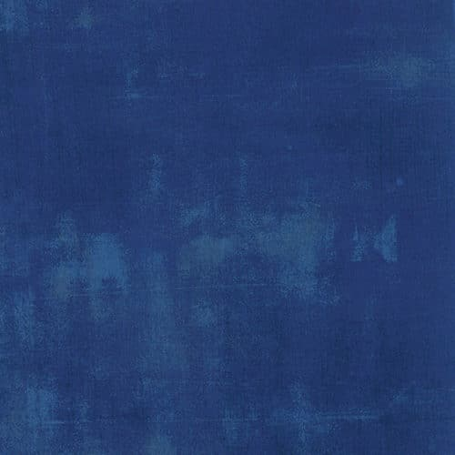 Cobalt Grunge 30150 223. Donker blauw, verlevendigd met iets lichtere en donkerder veegjes. Moda, Basic Grey.Quiltstof, 100% katoen, 1.10m breed.