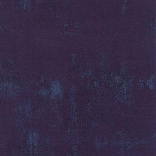 Eggplant Grunge 30150 245. Donker blauw-paars bijna effen quiltstof, verlevendigd met lichtere veegjes.Quiltstof, 100% katoen, 1.10 m breed, van de rol vanaf 10 cm.