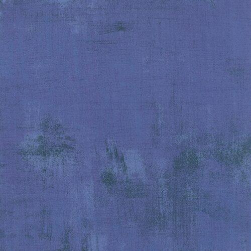 Periwinkle Grunge 30150 293, Moda, Basic Grey. Een blauwe grunge, verlevendigd met wat donkerder veegjes.Quiltstof, 100% katoen, 1.10m breed.