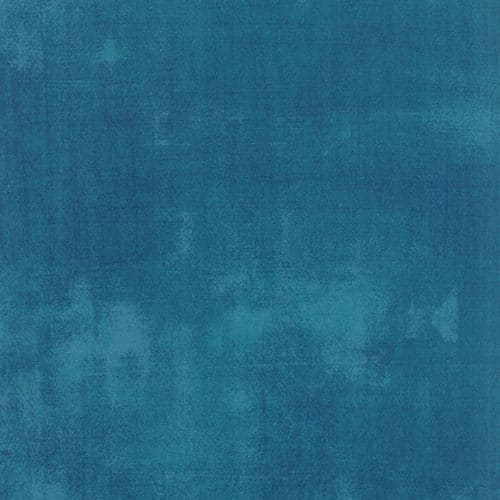 Effen blauwe grunge quiltstof, ton sur ton, verlevendigd met veegjes. Quiltstof 100% katoen