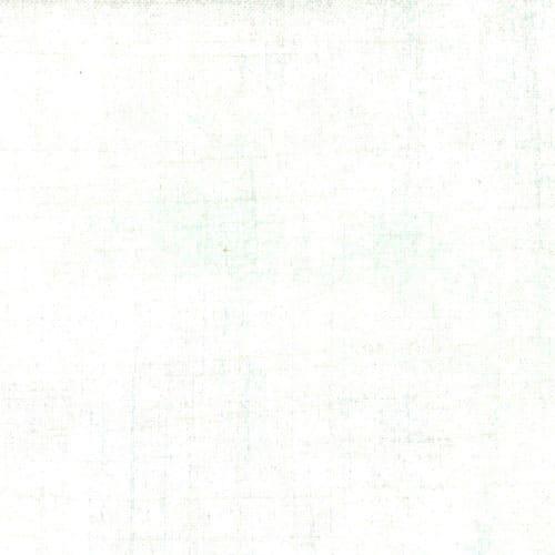 Witte bijna effen quiltstofmet subtiele mintgroene veegjes.Quiltstof, 100% katoen