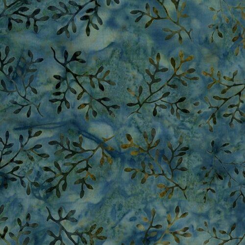 Blauwe batik quilt stof uit de Makower-collectie Splash of Color, ontworpen door Edyta Sitar (Laundry Basket). Quiltstof 100% katoen, van de rol, ook als fat quarter online bij quiltkompas.