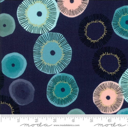 Navy 1680-18M Blauwe stof met vleugje roze, bloem motief uit de Moda-collectie Day in Paris ontworpen door Zen Chic. Ook als fat quarter, online bij quiltkompas
