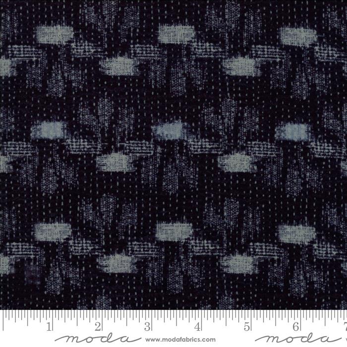 Boro Tanzen Navy 33401 11 , Moda. Donkerblauwe quiltstof met lichtblauw motief in de klassiek Japanse Boro-print. 100% katoen, 1.10m breed.