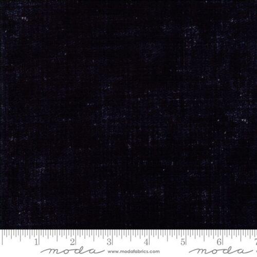 Boro Navy Furoshiki 33406-12 Moda. Zeer donkerblauwe, bijna zwarte, quiltstof in de klassiek Japanse Boro-print. 100% katoen, 1.10m breed.